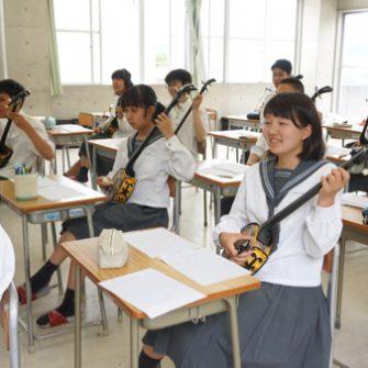 【特色授業】音楽で三線を演奏
